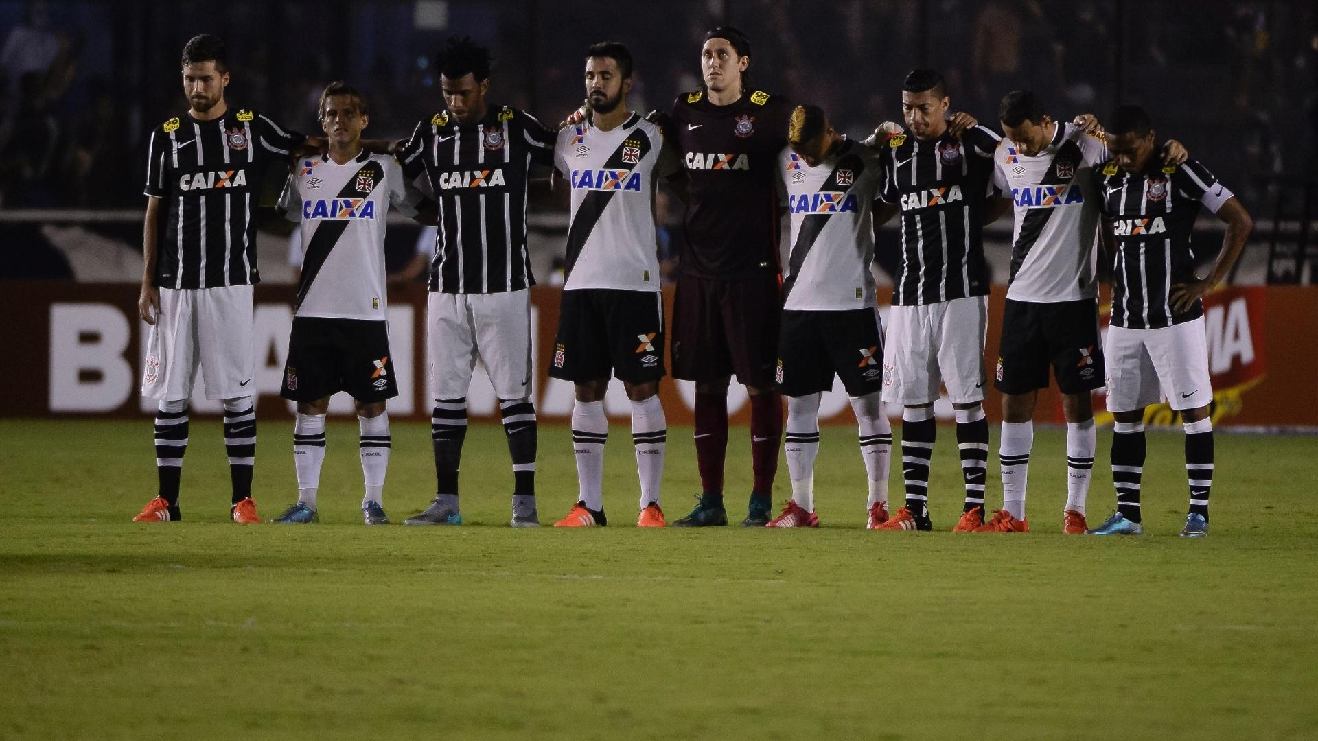 Jogadores de Vasco e Corinthians posam juntos antes do início da partida