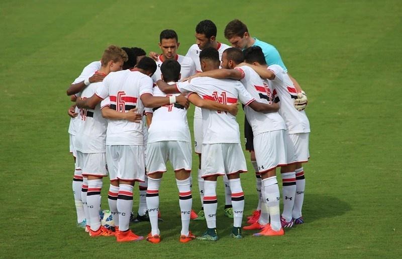 Jogadores do São Paulo se reúnem antes de partida da Copa do Brasil Sub-20