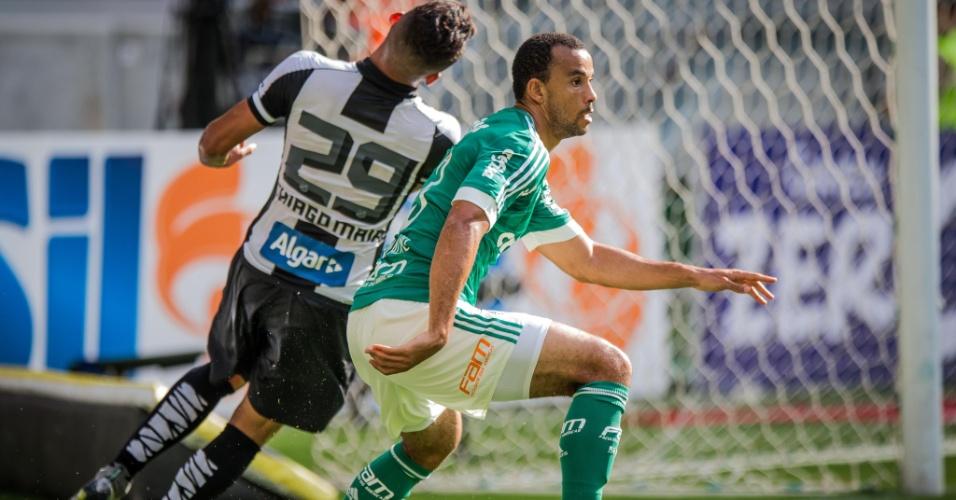 Thiago Maia e Thiago Santos disputam bola na partida do Palmeiras contra o Santos, no Campeonato Paulsita
