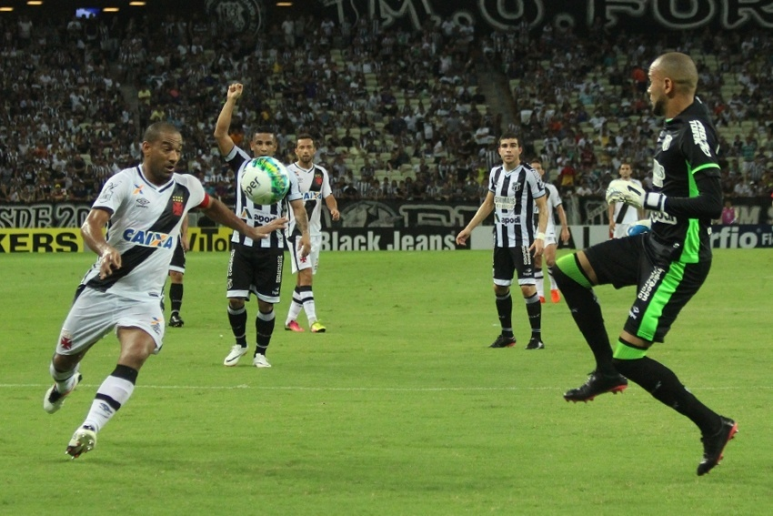 Rodrigo arrisca chute contra o goleiro Éverson na partida Ceará x Vasco