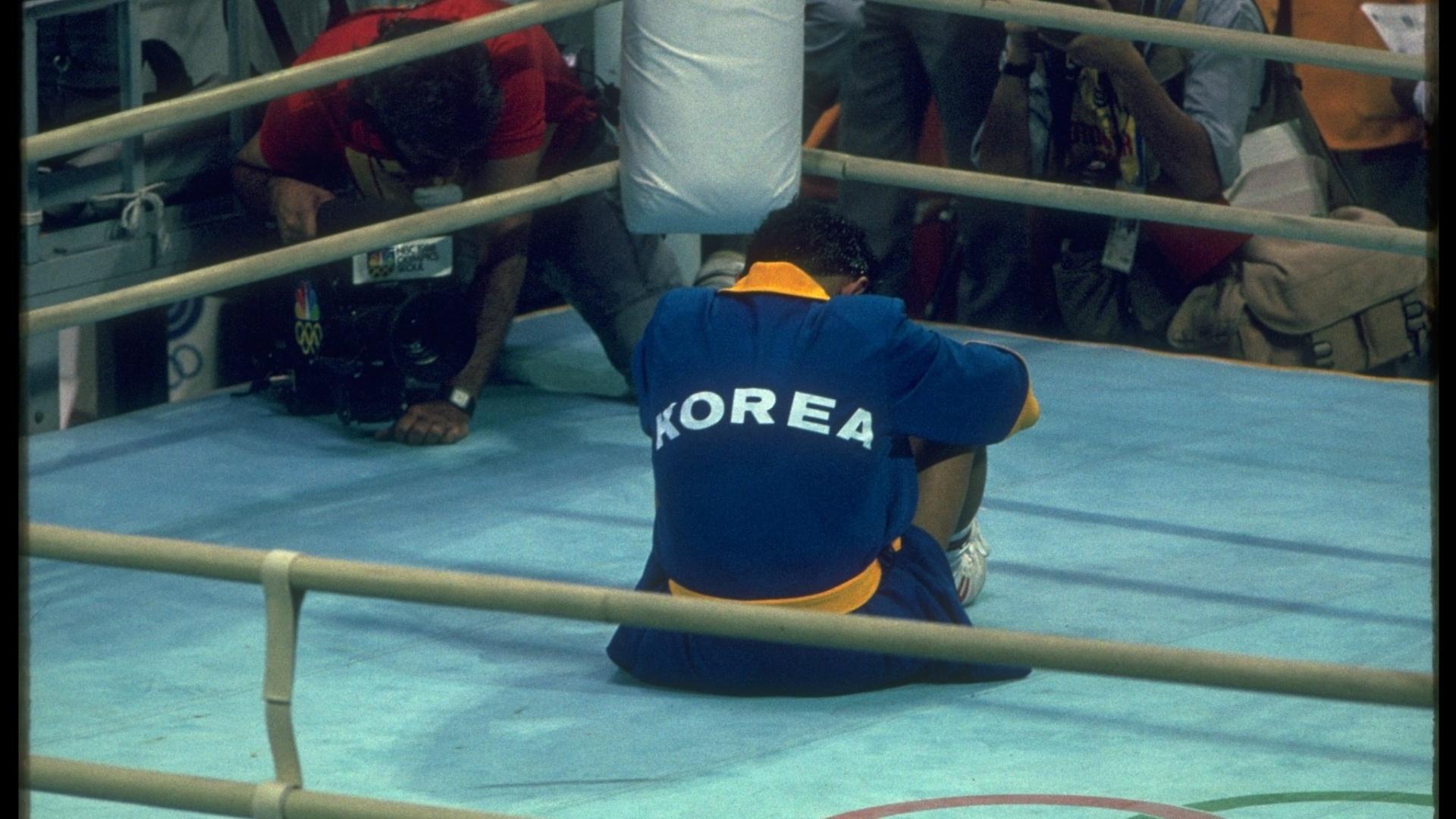 Byun Jong-il, da Coreia do Sul, faz protesto no ringue durante os Jogos Olímpicos de 1988, em Seul