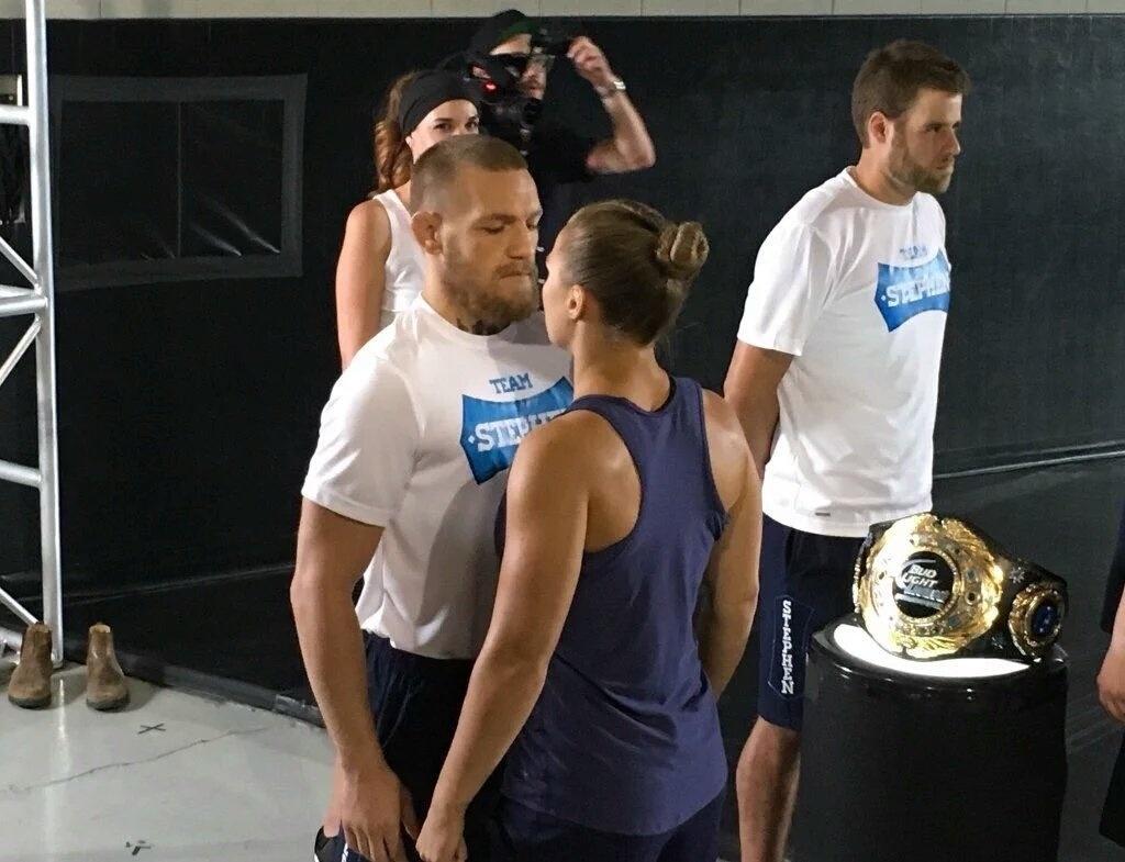 Encarada entre Conor McGregor e Ronda Rousey duarante evento promocional