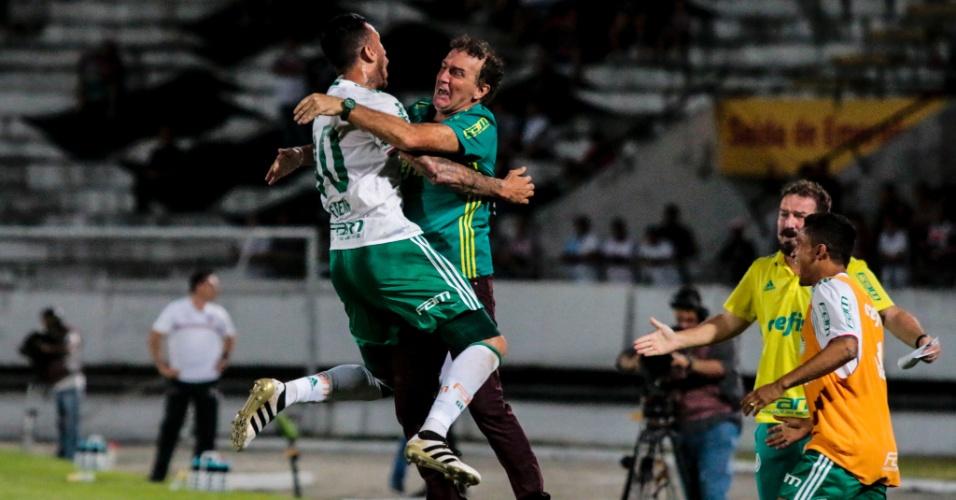 Leandro Pereira comemora com Cuca um dos gols do Palmeiras contra o Santa Cruz