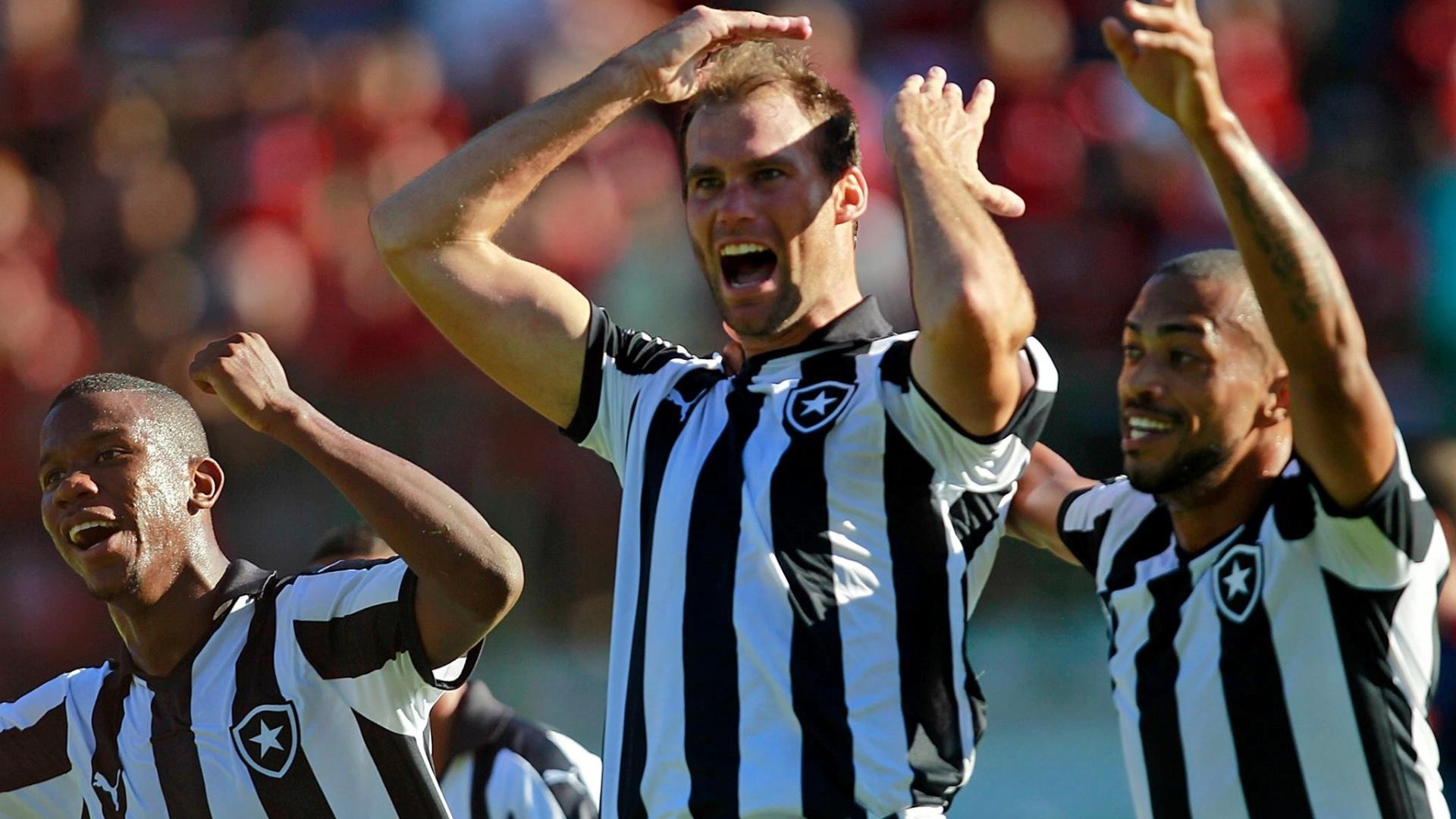 Joel Carli marca gol para o Botafogo no clássico contra o Flamengo