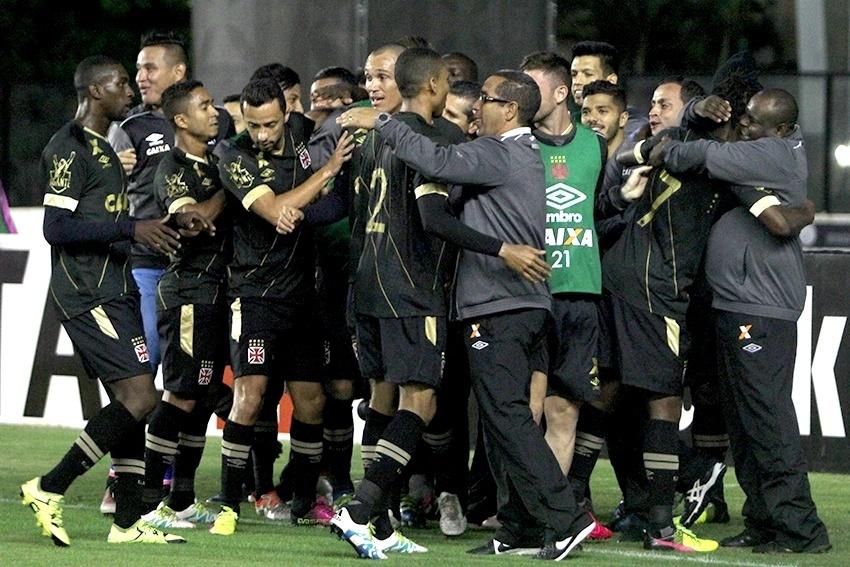 Jogadores do Vasco comemoram gol diante do Náutico pela Série B