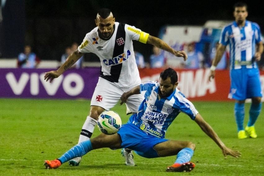 Guiñazu tenta roubar a bola de jogador do Avaí em jogo do Brasileirão