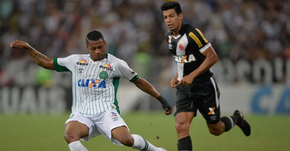 Dener da Chapecoense tenta chute durante partida contra o Vasco