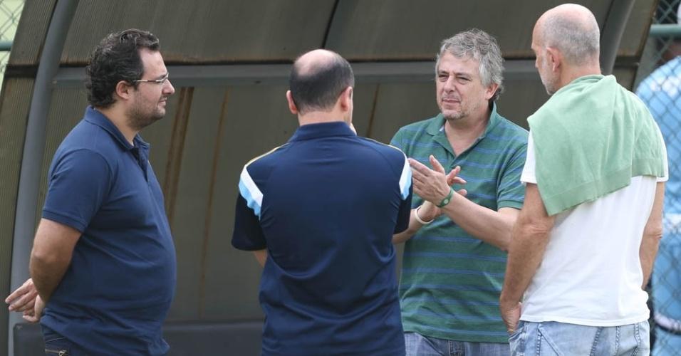 Paulo Nobre conversa com Alexandre Mattos e Cícero Souza durante treinamento do Palmeiras em Itu