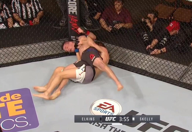 Chas Skelly quase fica só de cueca durante luta contra Darren Elkins, no UFC 196