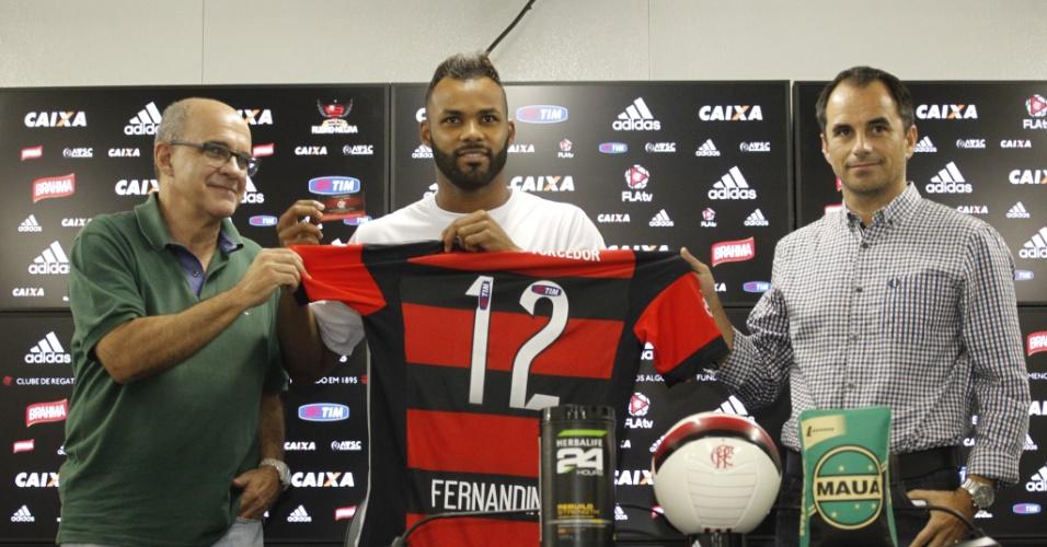 Fernandinho é apresentado no Flamengo pelo presidente Bandeira e o diretor Rodrigo Caetano