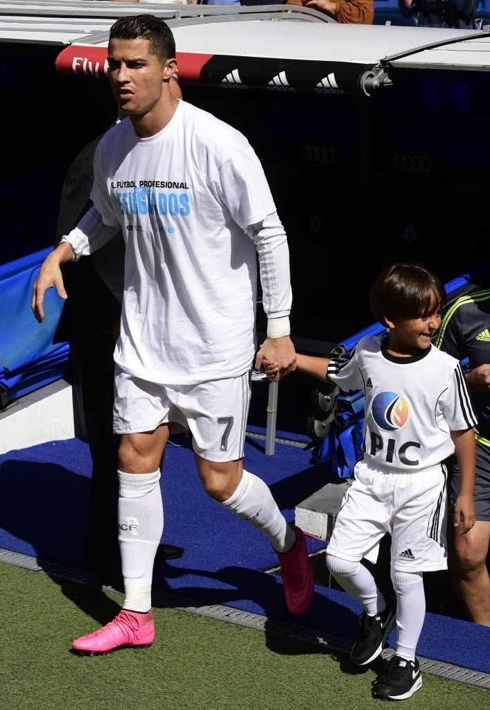 Cristiano Ronaldo entra em campo com garoto sírio refugiado. Zaid ficou conhecido após ser derrubado por uma cinegrafista húngara durante fuga de refugiados