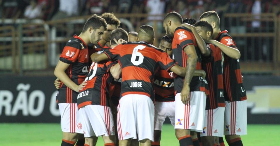 Os jogadores do Flamengo se reúnem antes do triunfo por 1 a 0 sobre o Vitória
