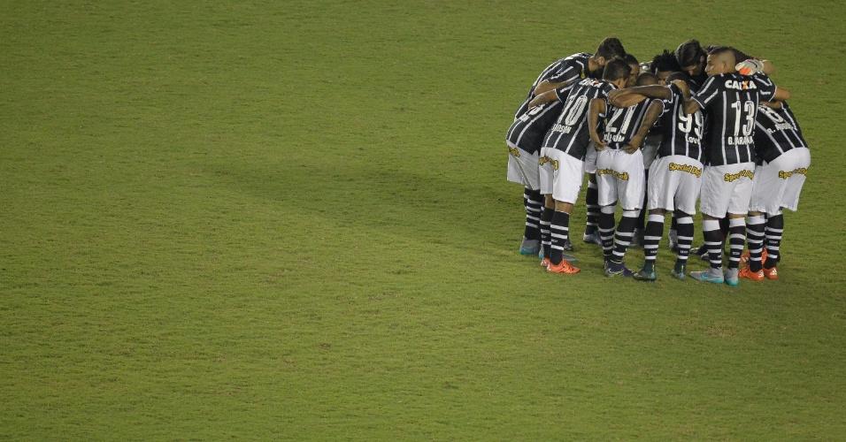 Jogadores do Corinthians conversam antes do início da partida contra o Vasco pelo Campeonato Brasileiro