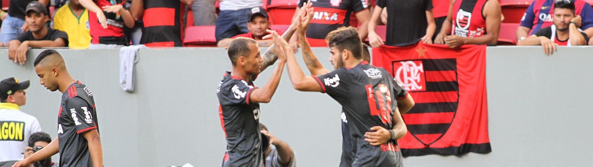 Alan Patrick (e) comemora o primeiro gol do Flamengo no empate por 2 a 2 com o São Paulo
