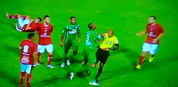 Partida foi marcada por expulsão de Ferreira (foto) e confusões nos últimos minutos