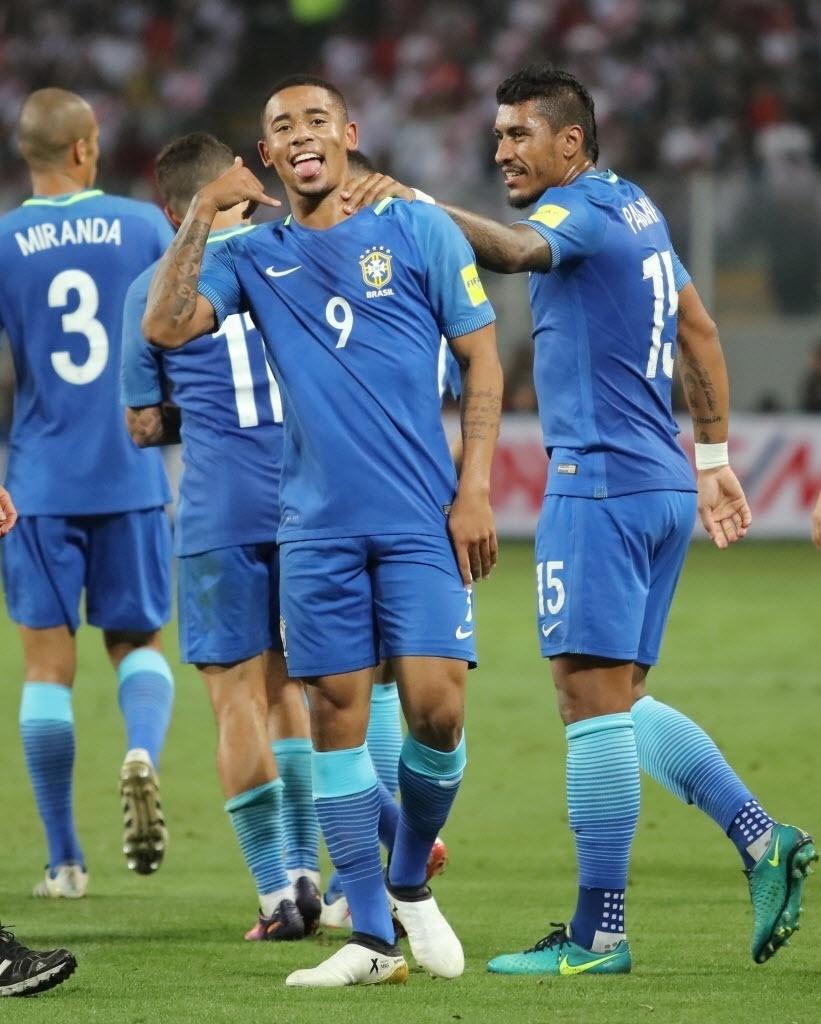 Ao seu estilo, Gabriel Jesus comemora gol do Brasil contra o Peru nas Eliminatórias da Copa