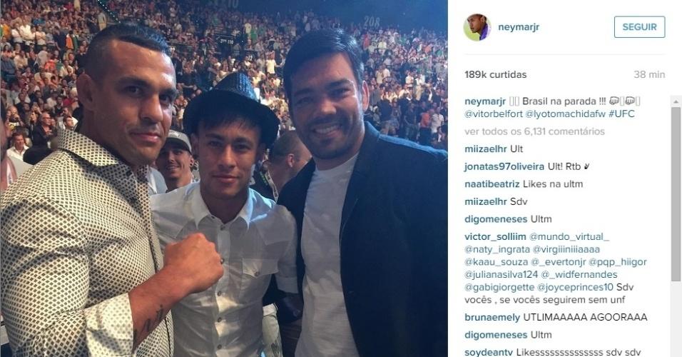 Em Las Vegas para o UFC 189, Neymar posa ao lado dos ex-campeões Vitor Belfort (esq.) e Lyoto Machida (dir.)