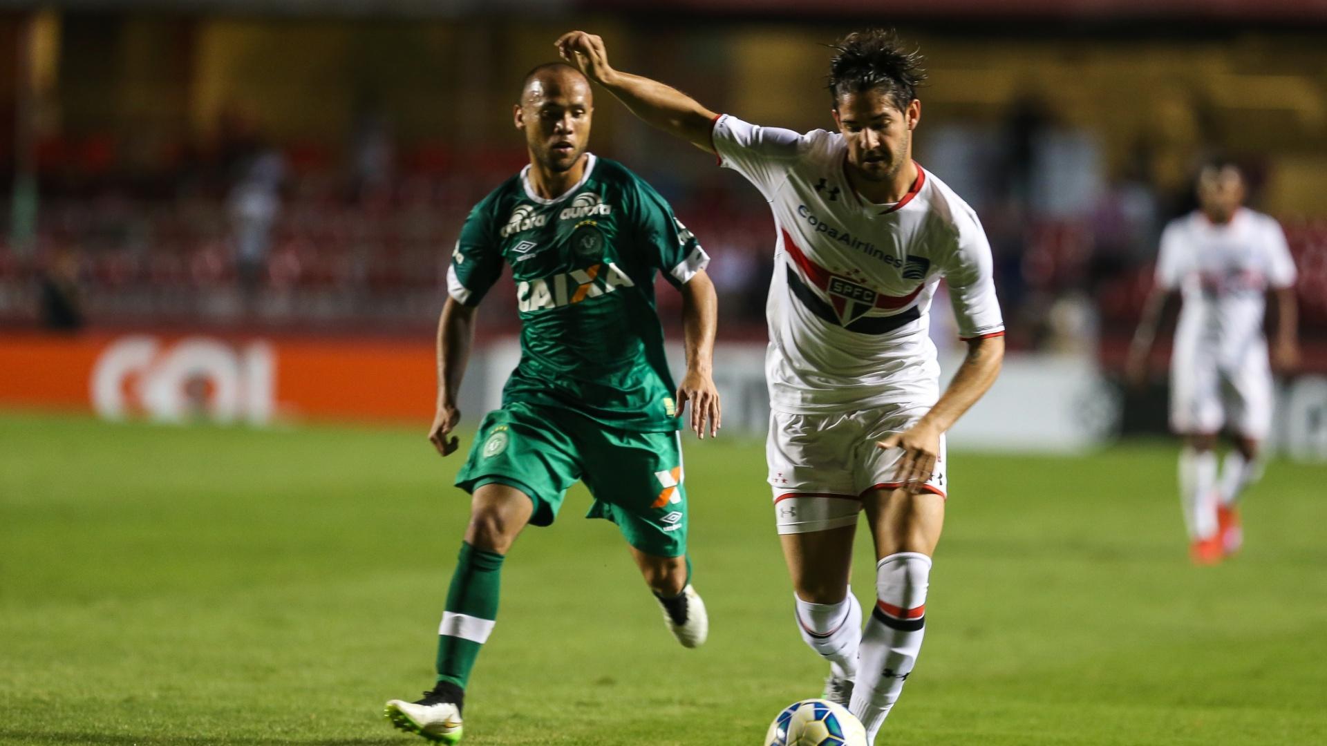 Alexandre Pato em ação durante a partida entre São Paulo e Chapecoense