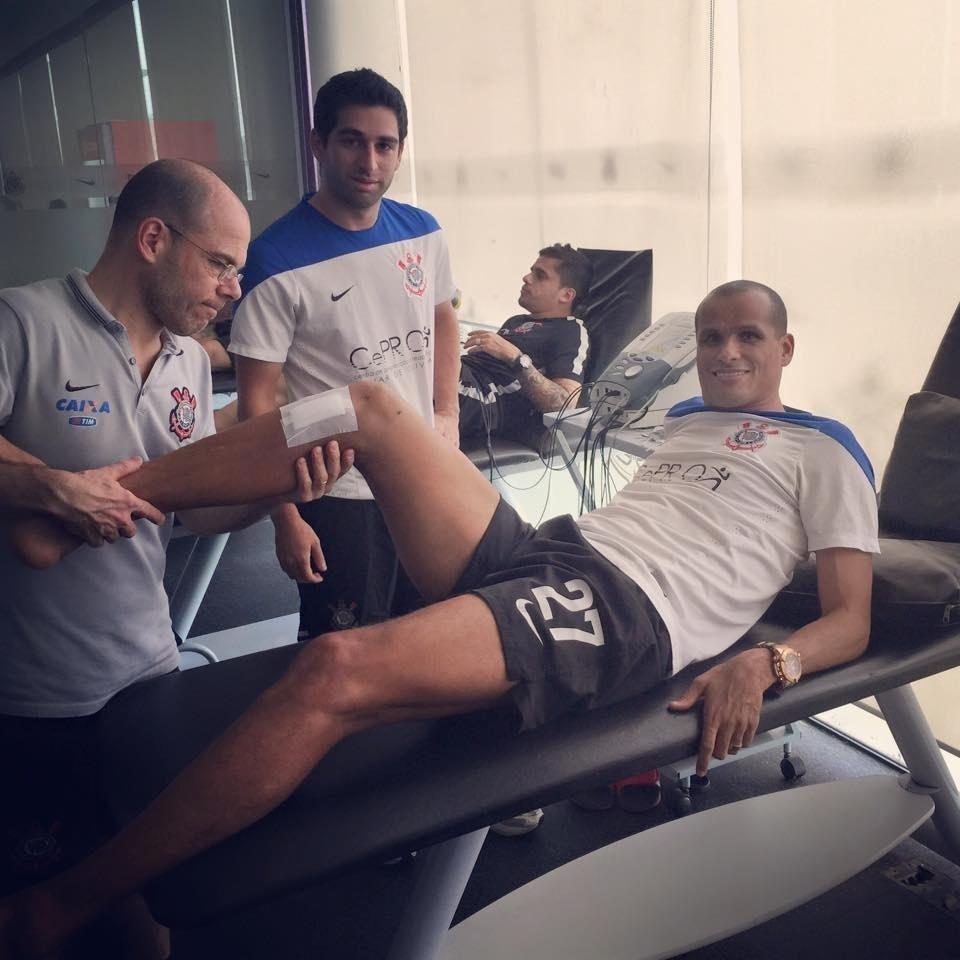 Rivaldo se recupera de cirurgia no Corinthians. Ele defendeu o time alvinegro no início dos anos 90