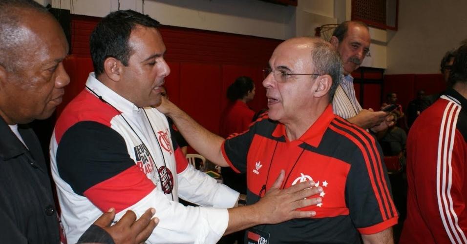 Cacau Cotta cumprimenta o presidente Eduardo Bandeira de Mello pela vitória na eleição do Flamengo