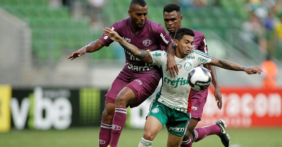 Dudu, do Palmeiras, disputa lance com jogadores da Ferroviária, em partida neste domingo (28), pelo Campeonato Paulista