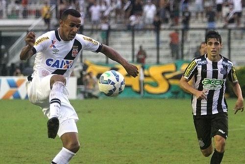 Serginho, do Vasco, domina a bola, observado por Léo Cittadini, do Santos