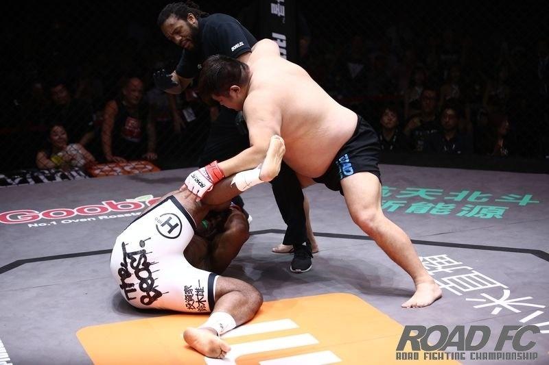 Herb Dean interrompe a luta em que Bob Sapp foi nocauteado por Aori Gele, no Road FC 32