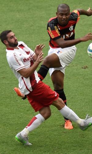 Jogadores de Flamengo e Inter disputam bola no jogo válido pelo Brasileirão
