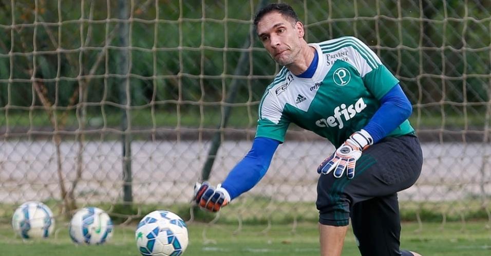 Fernando Prass repõe a bola em treino do Pameiras