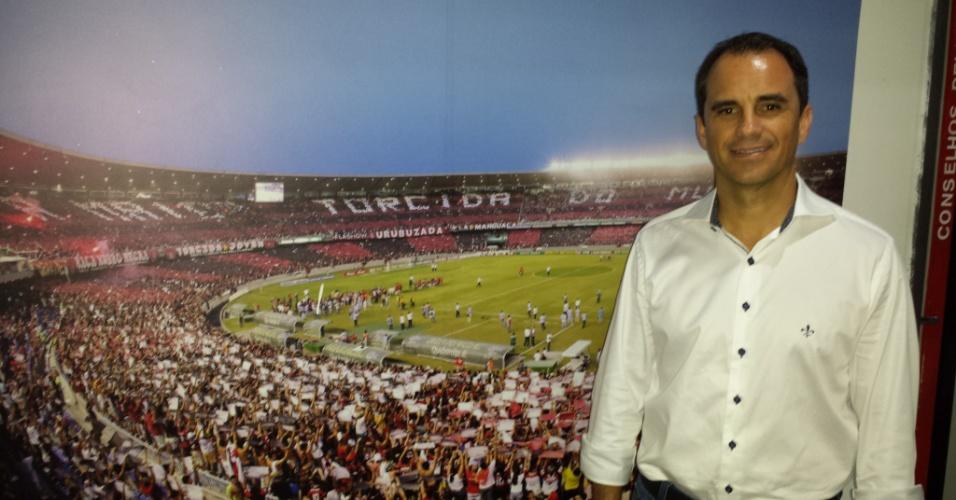 O diretor Rodrigo Caetano posa na Gávea durante entrevista exclusiva ao UOL Esporte