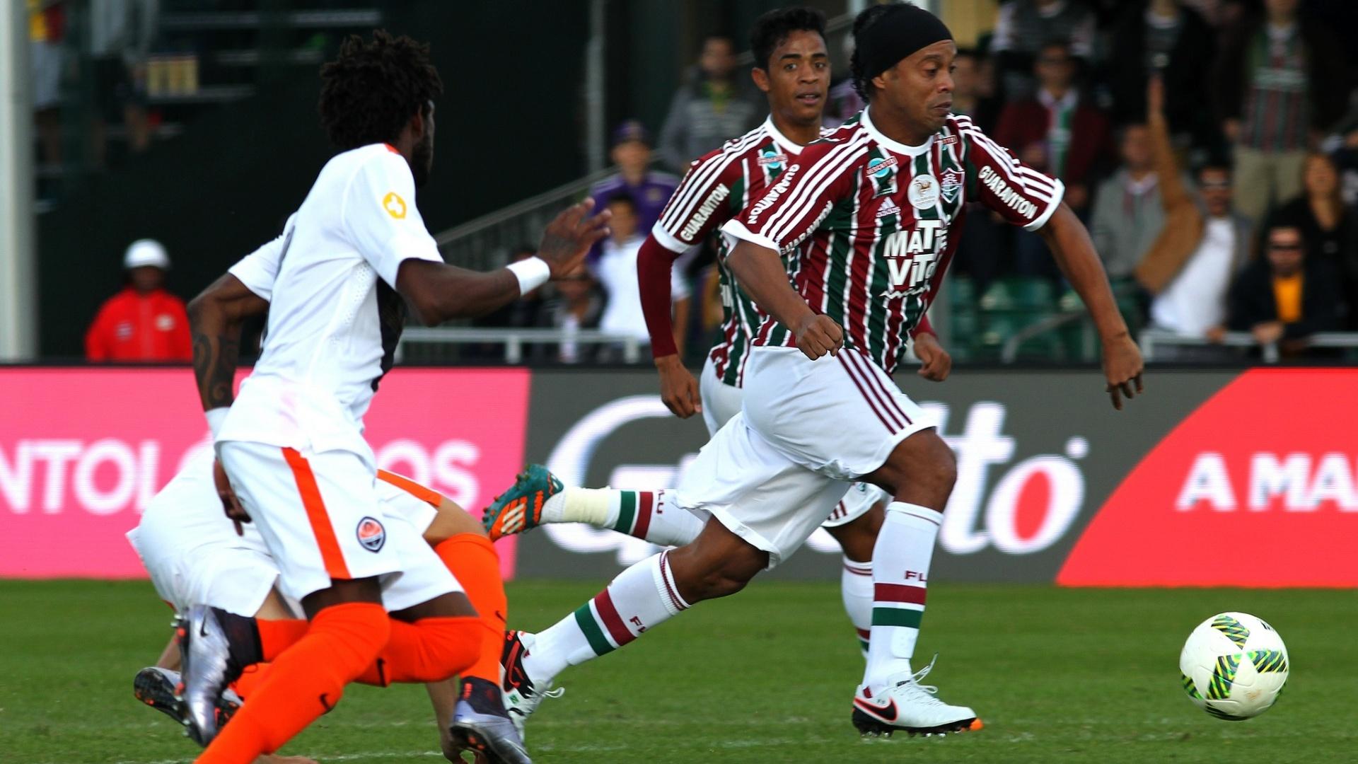 Ronaldinho domina a bola diante do Shakhtar Donetsk em jogo nos EUA