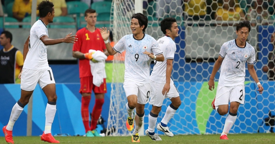 Shinya Yajima, do Japão, comemora gol marcado na equipe da Suécia na Arena Fonte Nova