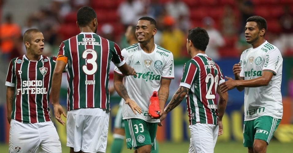 Gabriel Jesus exibe chuteira rasgada após dividida em jogo entre Palmeiras e Fluminense