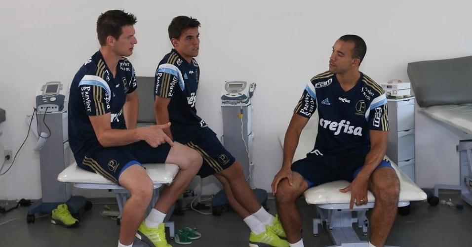 Goleiro Vagner, volante Rodrigo e zagueiro Roger Carvalho conversam durante o primeiro dia da pré-temporada