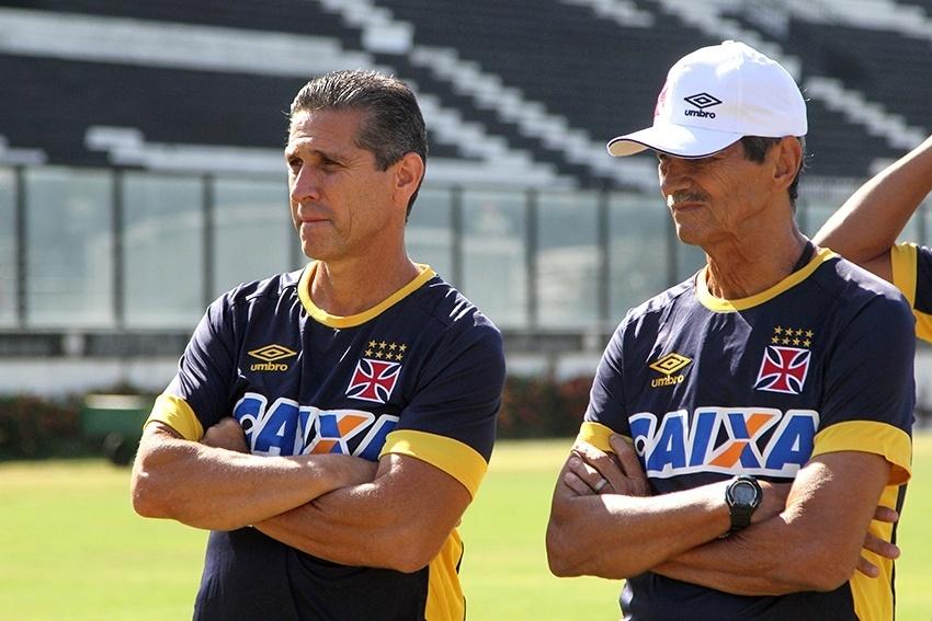 Jorginho observa os jogadores do Vasco em treino