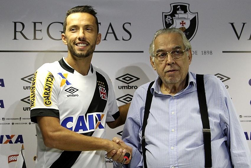 Nenê recebe os cumprimentos do presidente Eurico Miranda em sua apresentação