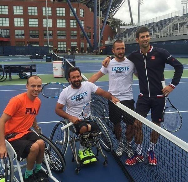 Novak Djokovic joga tênis em cadeira de rodas contra Andy Lapthorne e Michael Jeremiasz