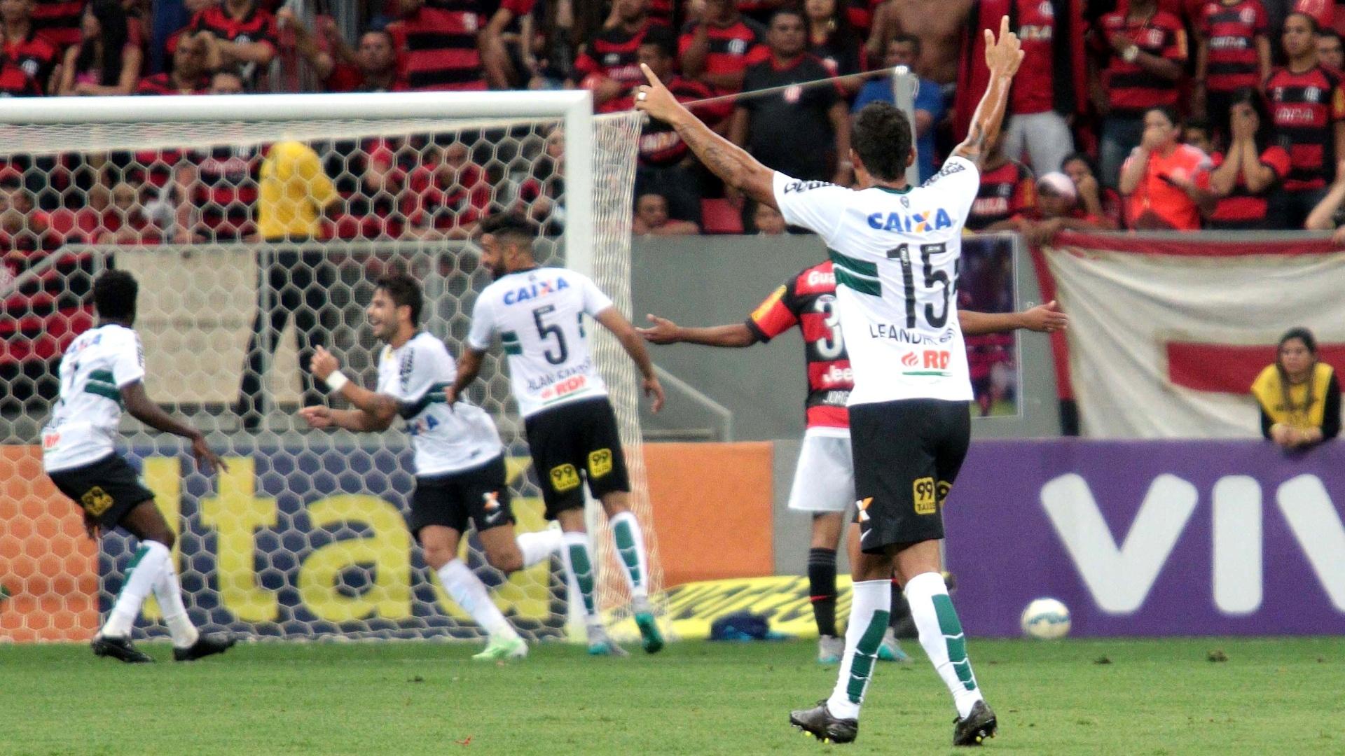 Jogadores do Coritiba comemoram gol de Kleber contra o Flamengo, no Mané Garrincha