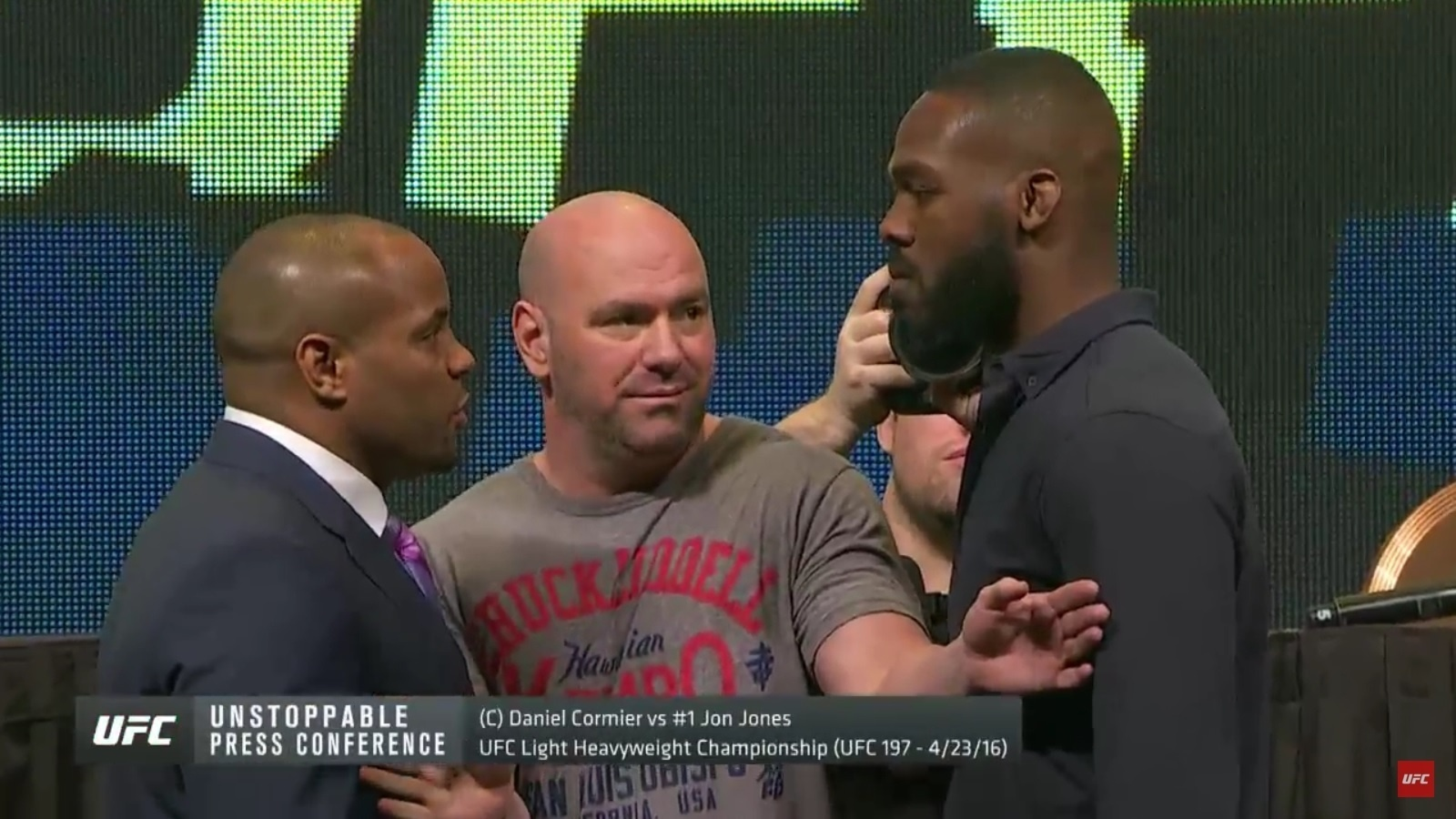 Daniel Cormier e Jon Jones se encaram durante evento do UFC
