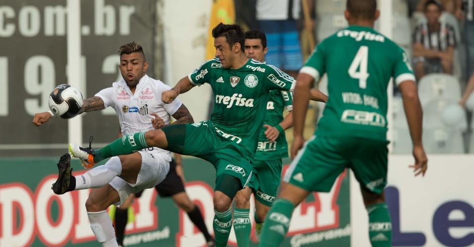 Gabriel espera para receber a bola no ataque no jogo do Santos contra o Palmeiras