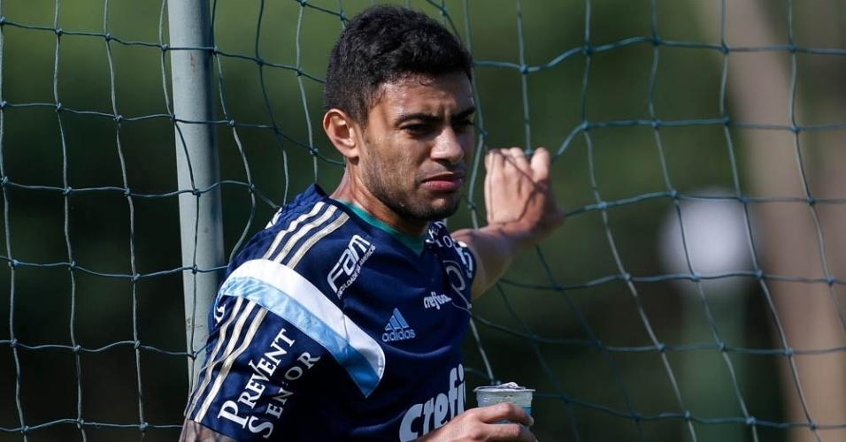Cleiton Xavier fez trabalho físico à parte durante as atividades do Palmeiras em Atibaia