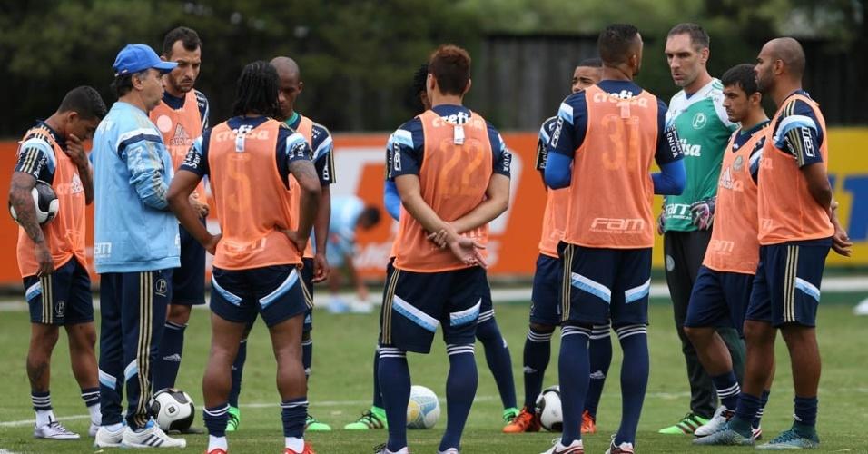 Jogadores do Palmeiras ouvem as orientações do técnico Marcelo Oliveira