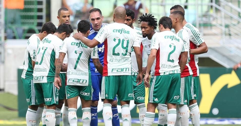 Jogadores do Palmeiras se reúnem antes da partida contra a Ferroviária