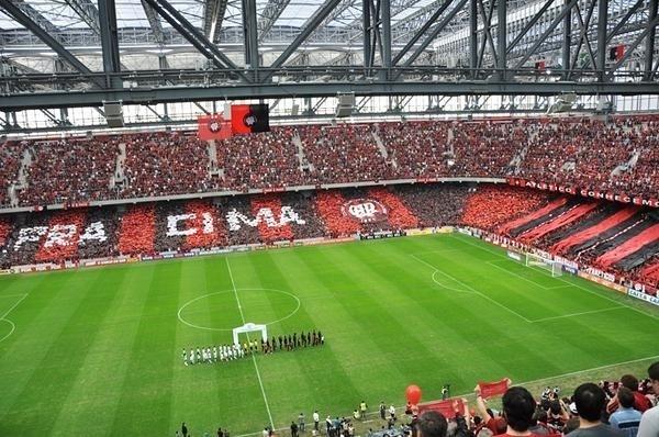 Torcida do Atlético-PR recebe equipe em campo com mosaico nas arquibancadas