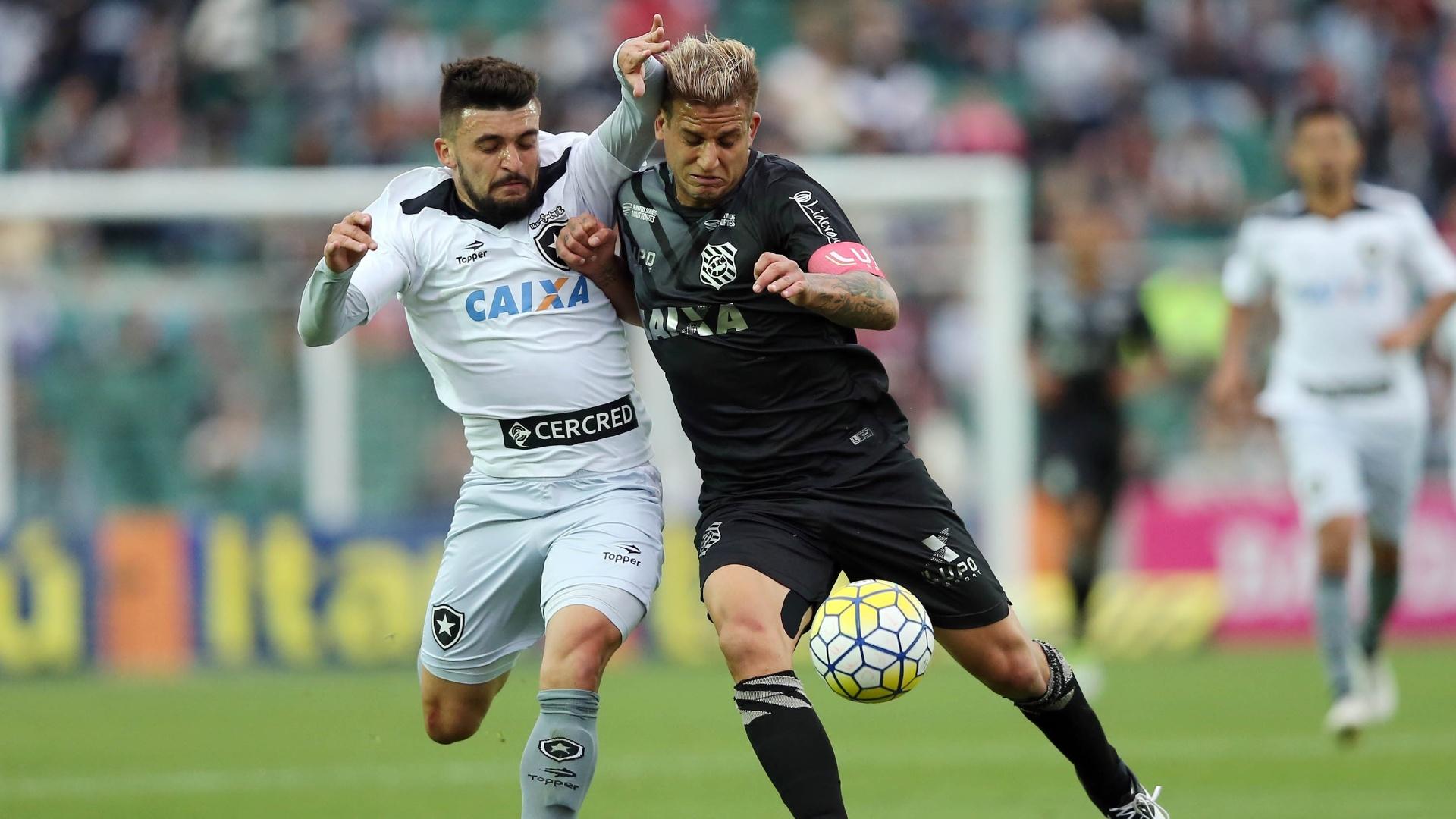 Rafael Moura e Victor Luis disputam bola na partida Figueirense x Botafogo