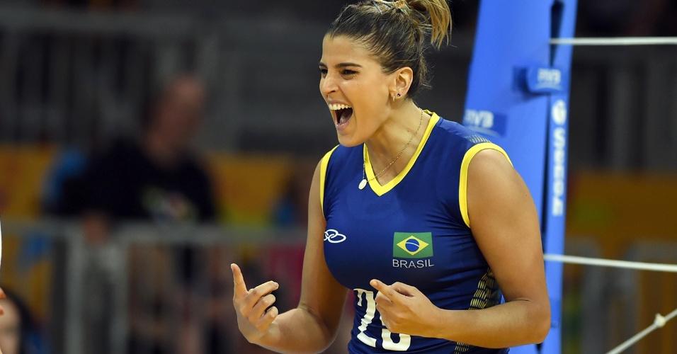 Mari Paraíba comemora ponto conquistado pela seleção brasileira contra o Peru