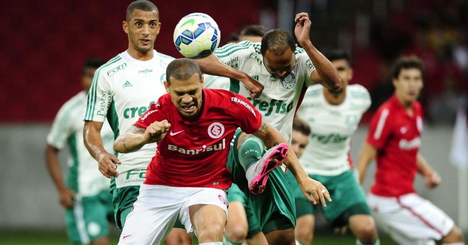 09.set.2015 - Nilton desvia de cabeça para fazer gol no jogo Inter x Palmeiras