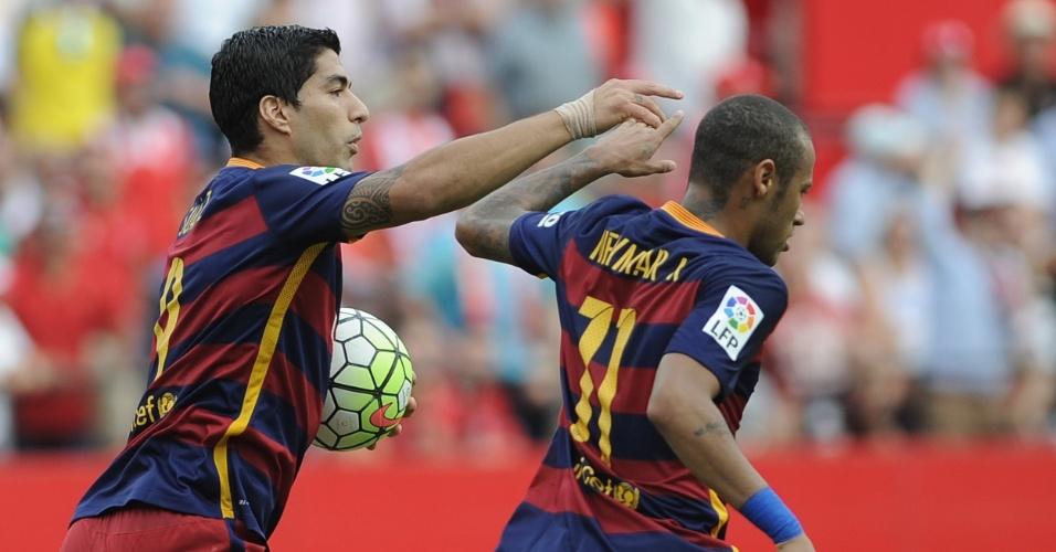 Neymar comemora o gol de pênalti na derrota do Barcelona para o Sevilla