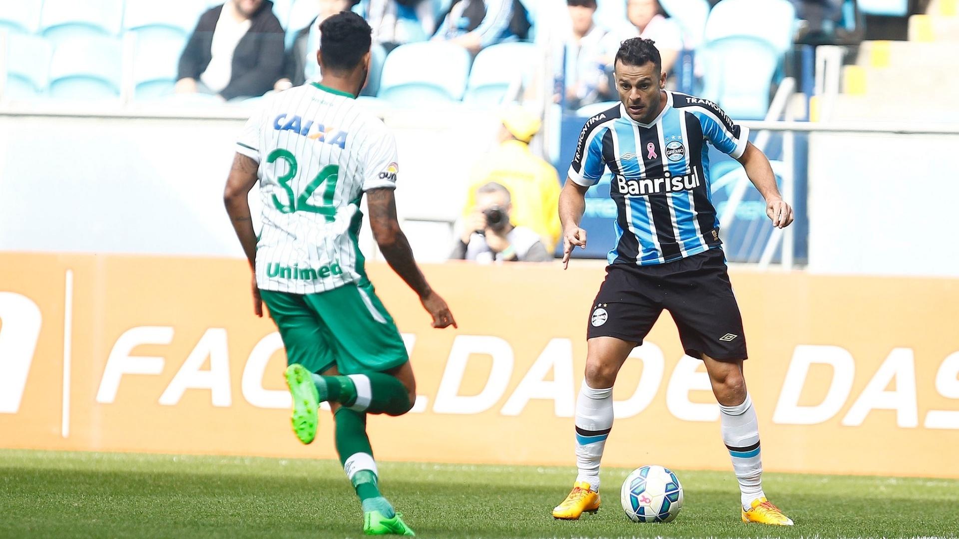 Jogador do Grêmio tenta escapar da marcação contra a Chapecoense