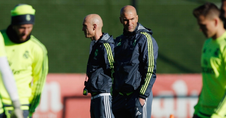 Zidane comanda treino do Real ao lado do auxiliar e amigo David Bettoni